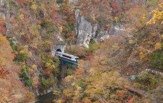 鳴子峡の電車の風景写真