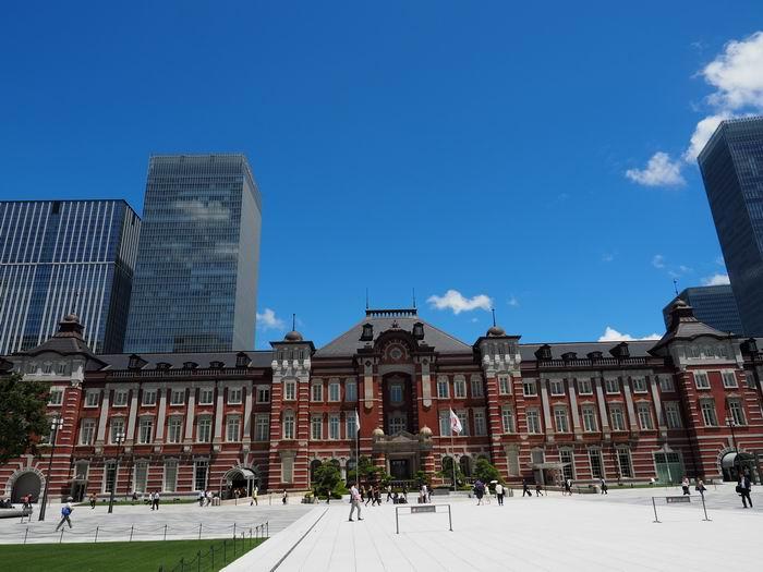 東京駅の丸の内中央口を望んだ正面の風景写真