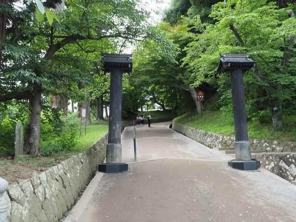 中尊寺月見坂の風景の門