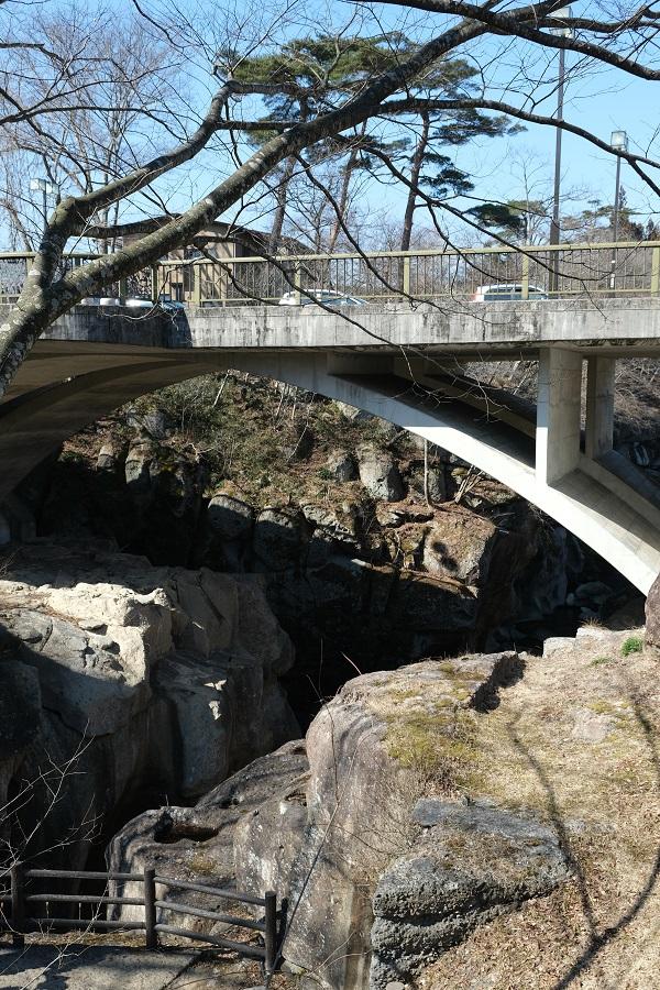 xt3のレビュー画質の評価磊々峡の恋人の聖地覗き橋を下から望んだ風景写真