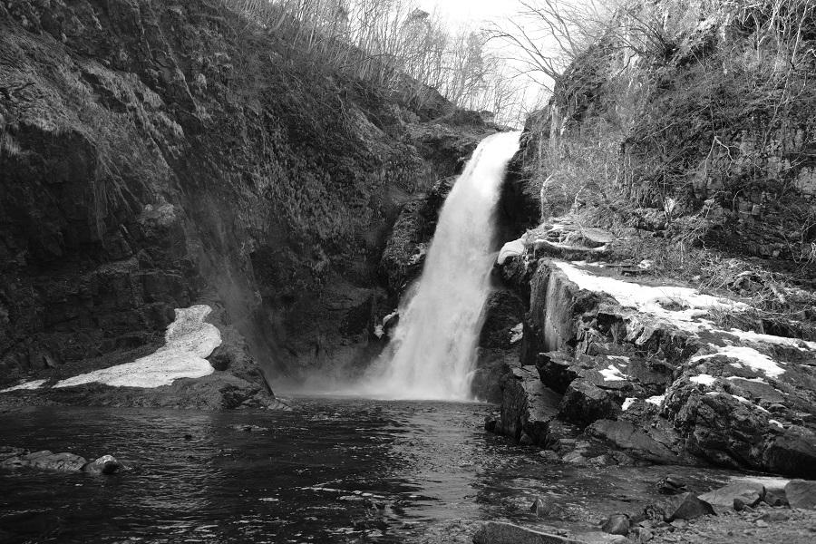 xt3で撮影する秋保大滝の冬の風景写真滝つぼをモノクロで撮影してみました。