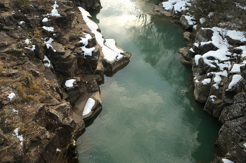 x-t3で撮影した冬の厳美渓の風景写真厳美渓大橋の真下の写真