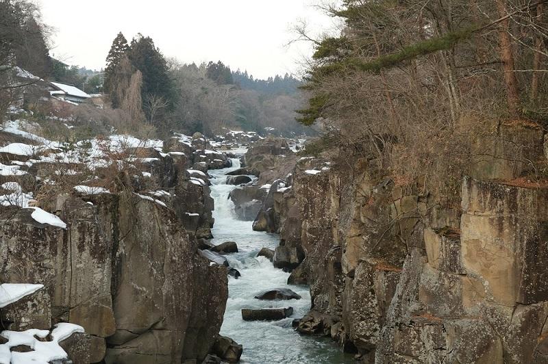 x-t3で撮影した冬の厳美渓の風景写真休みどころから上流を望む