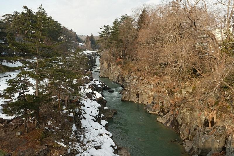 x-t3で撮影した冬の厳美渓の風景写真厳美渓大橋から上流を望んだ写真