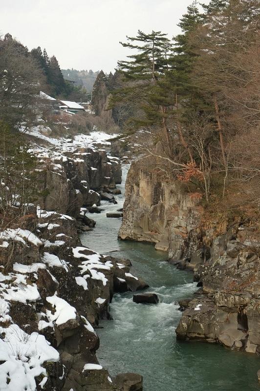 x-t3で撮影した冬の厳美渓の風景写真厳美渓大橋から上流を望んだ写真角度を変えて撮影