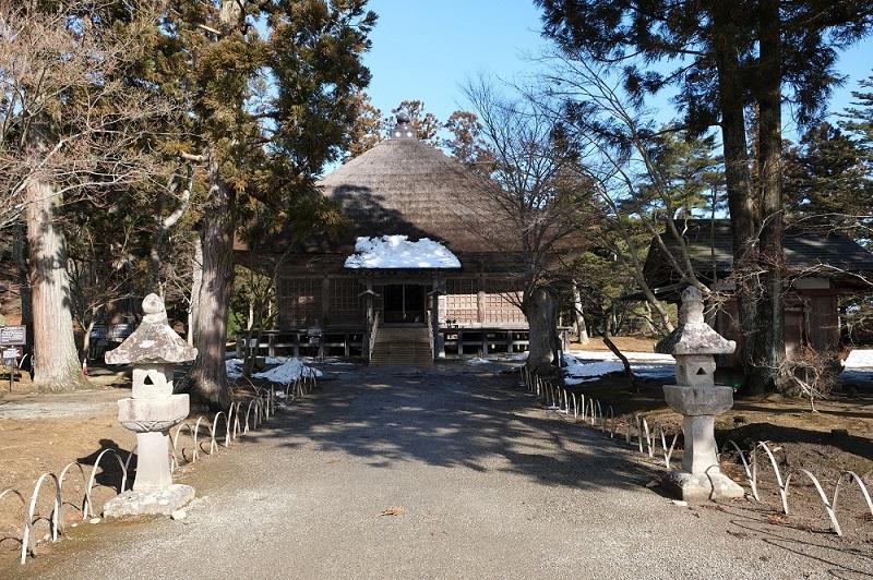 xt3で撮影する毛越寺大泉ヶ池の冬のお堂の写真