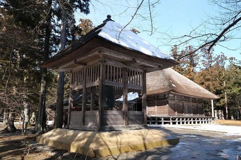 xt3で撮影する毛越寺大泉ヶ池の冬の風景除夜の鐘の鐘楼