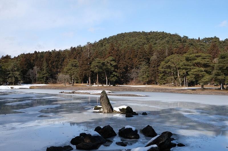 xt3で撮影する毛越寺大泉ヶ池の冬の風景写真