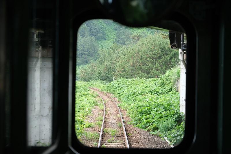 五能線の電車の中から線路を撮影