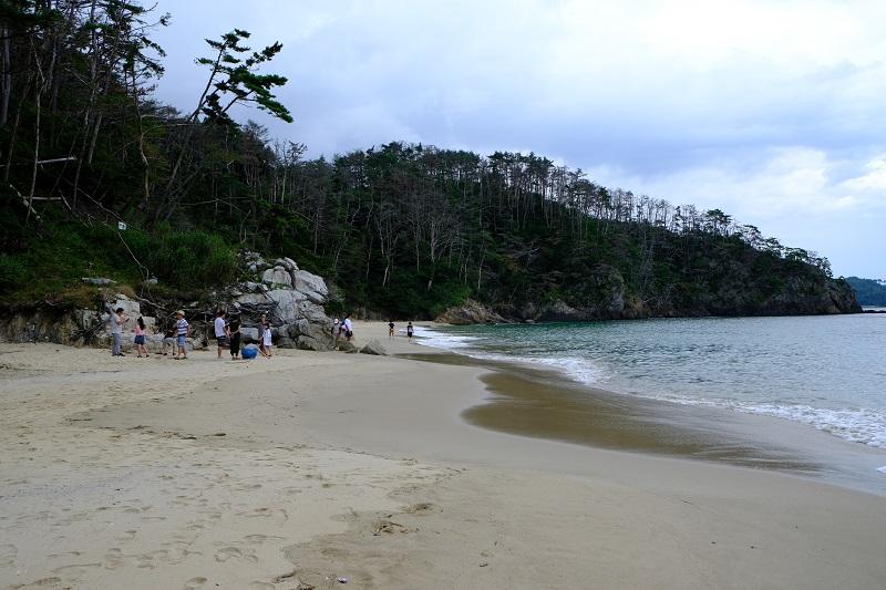 十八鳴浜(くぐなりはま)の砂浜の景色の写真