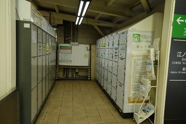 鎌倉駅西口のコインロッカーの設置の風景