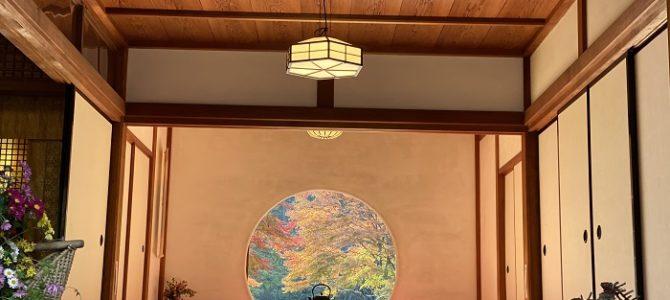 明月院の丸窓の紅葉